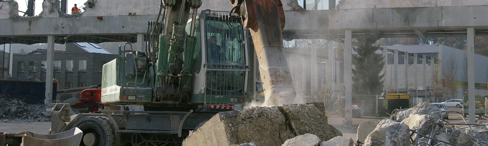 Götz GmbH Bagger bei Baustellenentsorgung